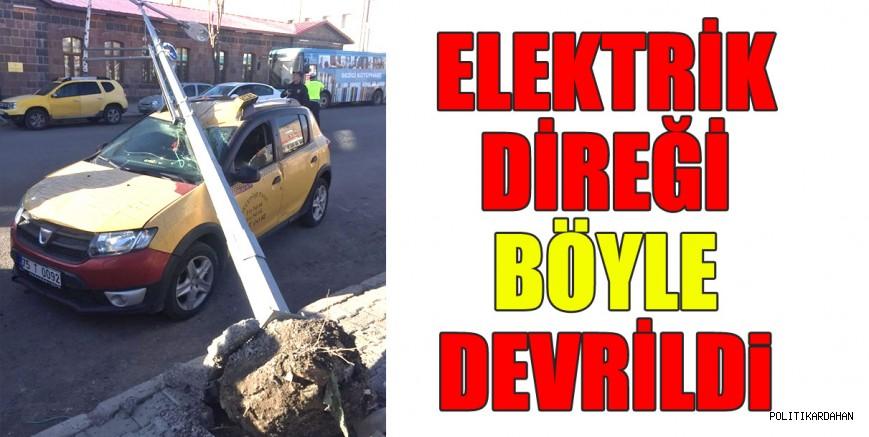 Elektrik direği, taksinin üzerine devrildi